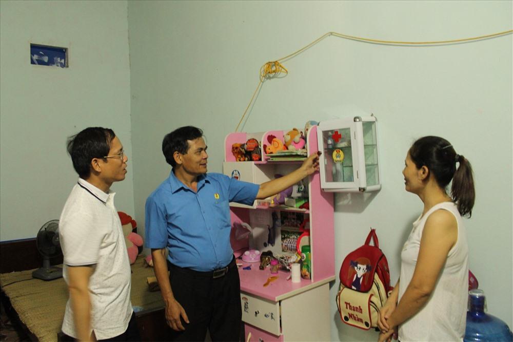 Đại diện LĐLĐ TP hướng dẫn CNLĐ sử dụng hiệu quả tủ thuốc trong cuộc sống hằng ngày. Ảnh: ĐL