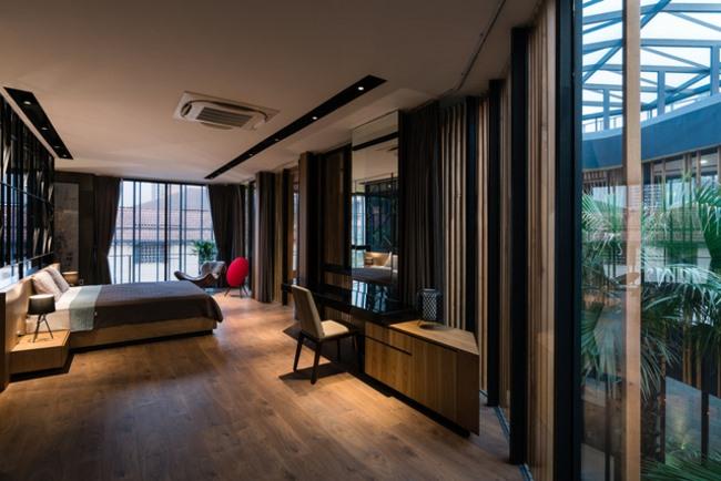 Một phòng ngủ khác đầy đủ tiện nghi, sang trọng với tông màu tối.
