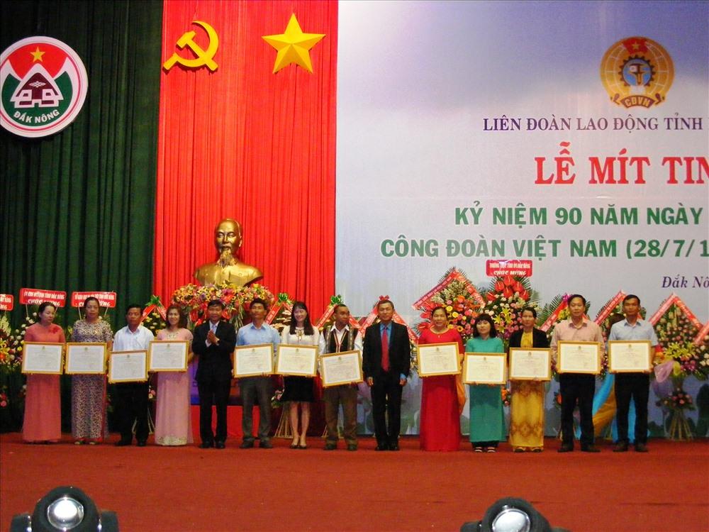 Phó Chủ tịch UBND tỉnh Đắk Nông - Trương Thanh Tùng trao bằng khen của Liên đoàn Lao động tỉnh cho các Chủ tịch công đoàn cơ sở tiêu biểu. Ảnh Quang Hùng
