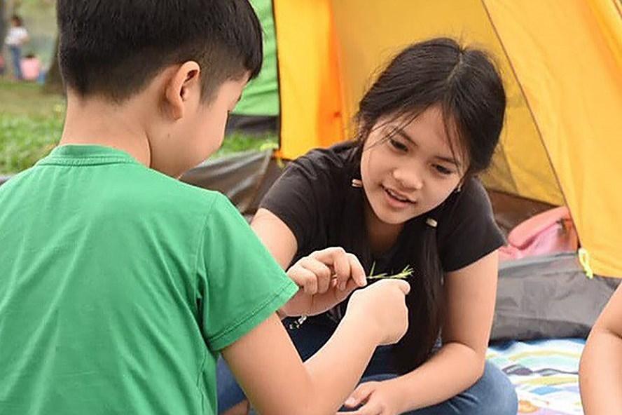 Nữ sinh lớp 5 Nguyễn Nguyệt Linh, người viết thư đề nghị lễ khai giảng không thả bóng bay để bảo vệ môi trường. Ảnh: kenh14.vn.