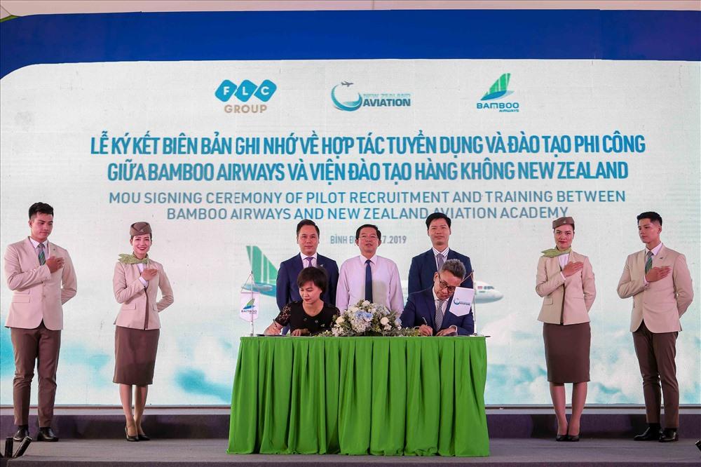 Lễ Ký kết biên bản ghi nhớ Hợp tác phát triển đào tạo hàng không giữa Bamboo Airways với Học viện Hàng không New Zealand. Ảnh: FLC