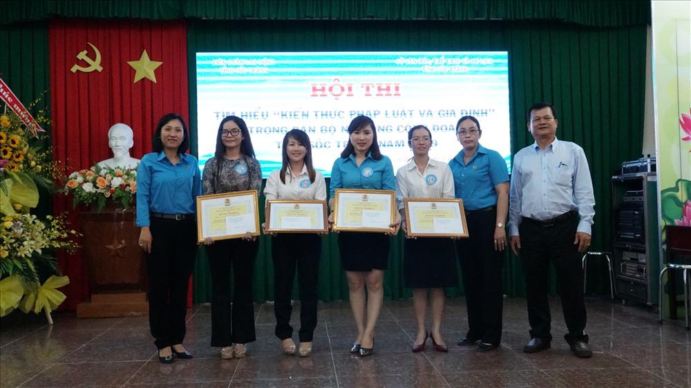 Ban tổ chức trao giải thưởng và chúc mừng cho các đội tham dự hội thi tìm hiểu pháp luật và gia đình. ảnh: Trường Khoa