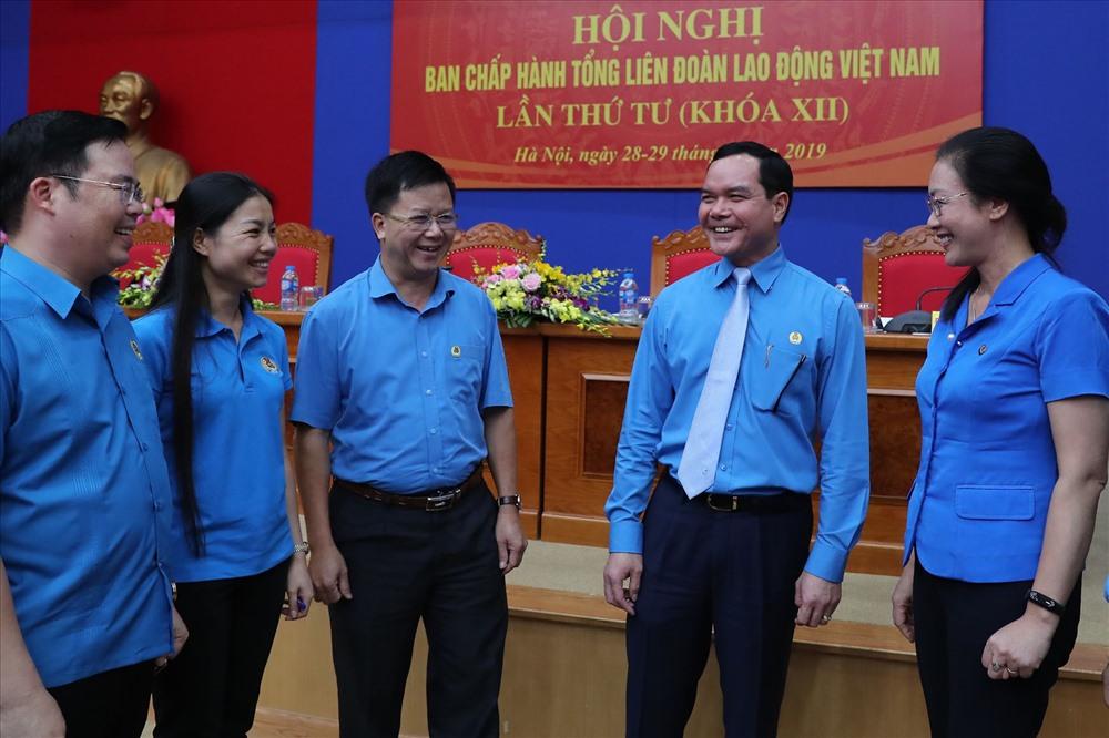 Đồng chí Nguyễn Đình Khang, Uỷ viên Trung ương Đảng, Chủ tịch Tổng LĐLĐVN trao đổi với các đại biểu bên lề hội nghị. Ảnh: Sơn Tùng