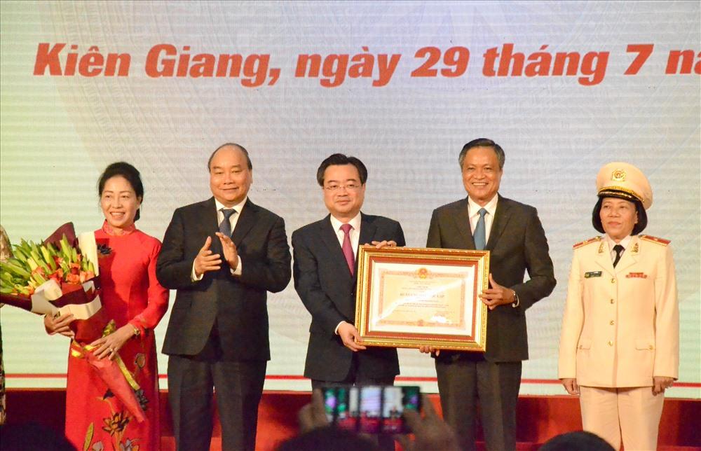 Thủ tướng Nguyễn Xuân Phúc trao bằng chứng nhận cho lãnh đạo tỉnh Kiên Giang. Ảnh: Lục Tùng