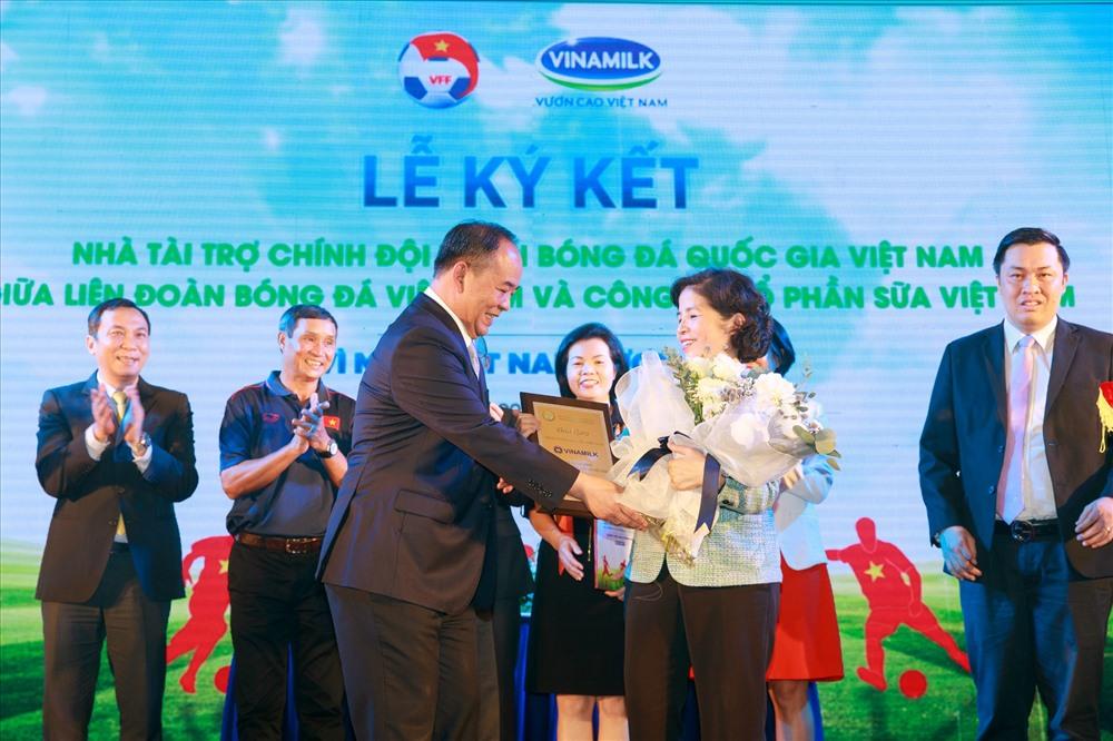 Ông Lê Khánh Hải – Thứ trưởng Bộ Văn hóa, Thể thao và Du lịch, Chủ tịch Liên đoàn Bóng đá Việt Nam trao chứng nhận tài trợ cho Bà Mai Kiều Liên - Thành viên HĐQT, Tổng Giám đốc Vinamilk.