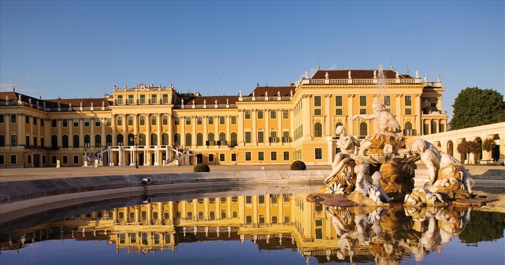 Được thiết kế trong khuôn viên rất rộng, cung điện Schonbrunn đã từng là nơi ở của những hoàng gia Áo những năm 1600.