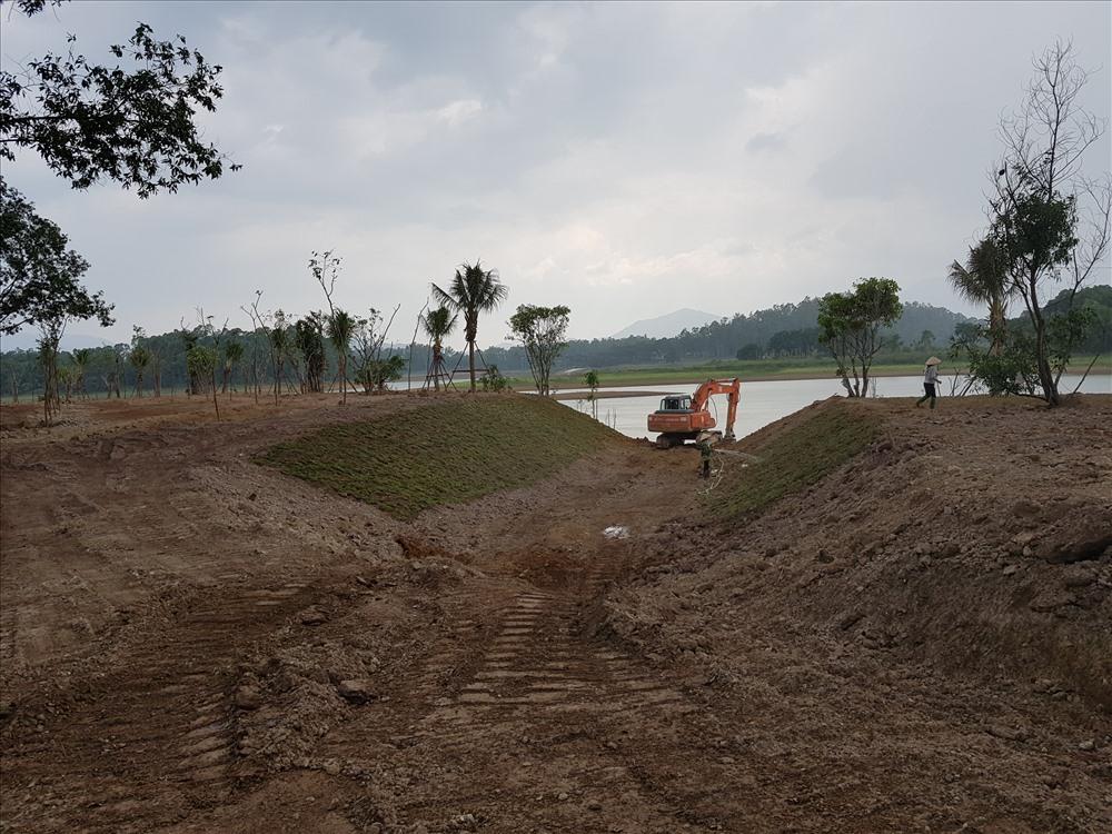Có mặt tại hiện trường, đại diện đội quản lý trật tự xây dựng đô thị thị xã Sơn Tây cho biết, máy xúc và 3 nhân công liên tục làm việc hai ngày hôm nay, và khối lượng đất được múc lên trả về nguyên trạng khoảng 300 m3 đất.