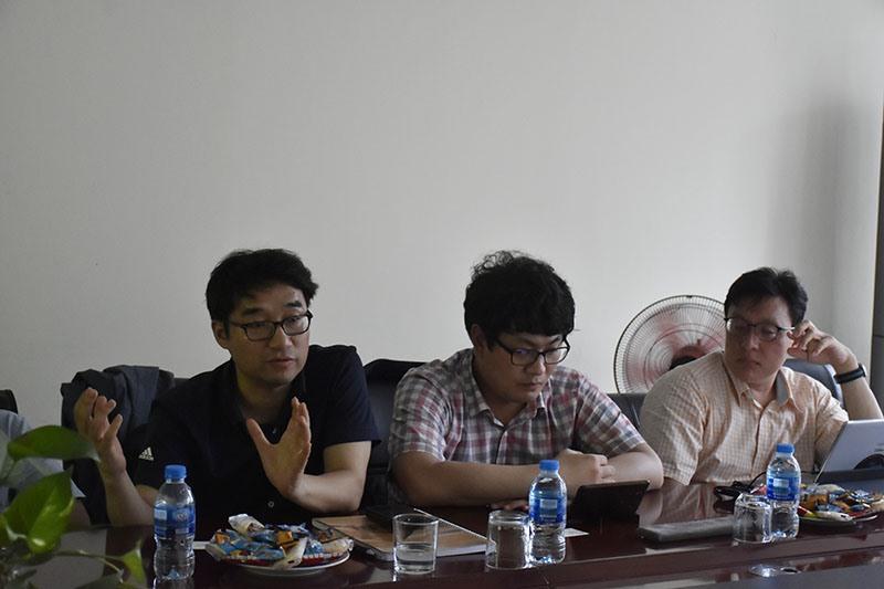 Các chuyên gia đến từ Cơ quan Hợp tác Quốc tế Hàn Quốc (KOICA) làm việc với đại diện Capital House tại dự án EcoHome 1.