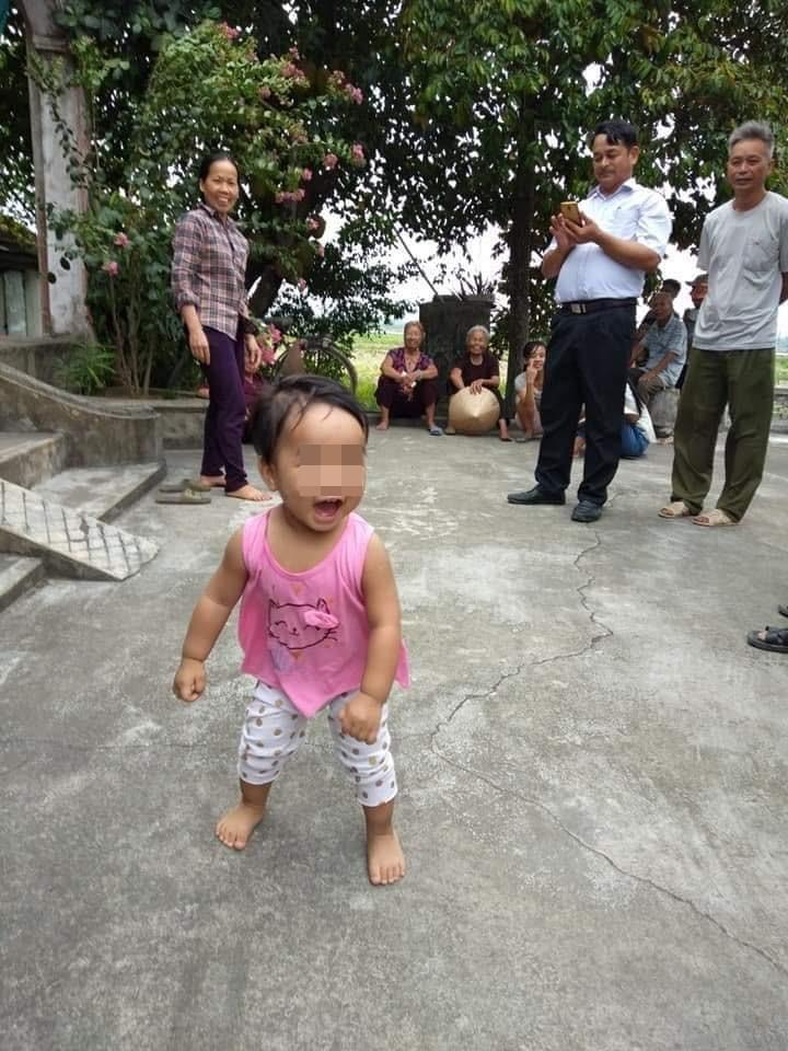 Bé gái kháu khỉnh bị bỏ lại chùa.