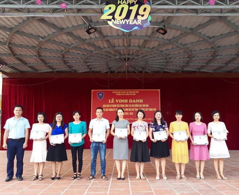 Cô giáo Vũ Thị Tố Loan trong Lễ vinh danh vì có thành tích xuất sắc trong công tác bồi dưỡng học sinh giỏi năm hoc 2018 - 2019. Ảnh Trần Nga
