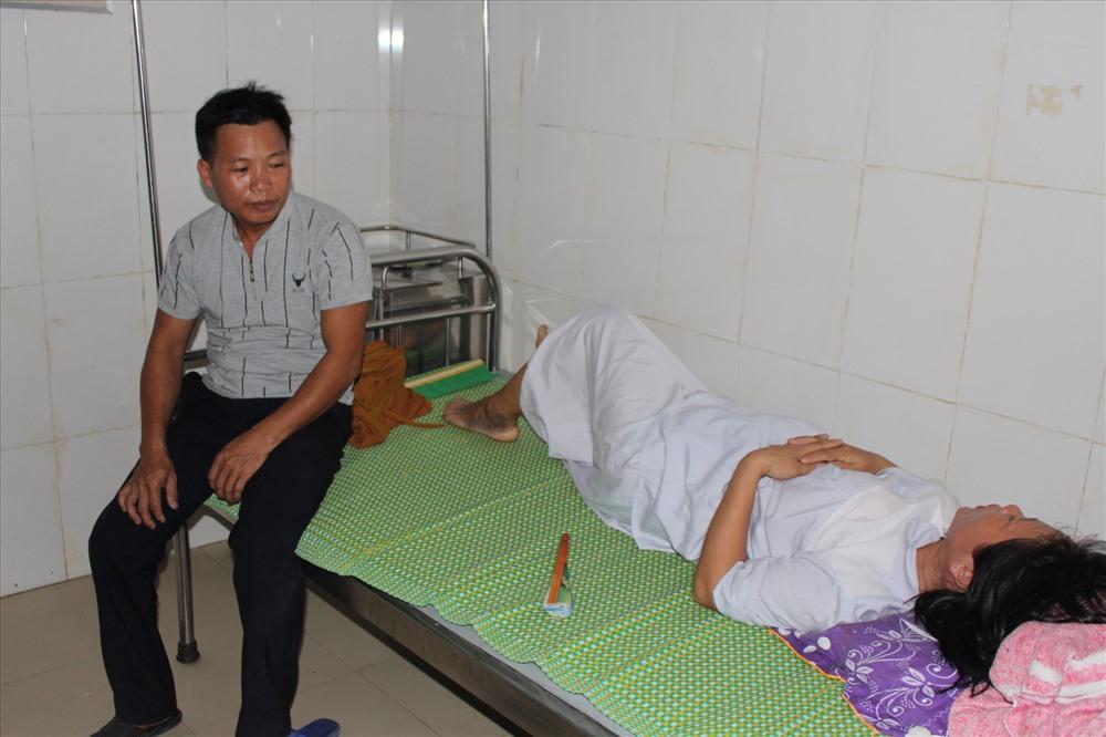Vợ chồng sản phụ Nguyễn Thị Tình đâu buồn trước cái chết của con mình. Ảnh: A.Đ