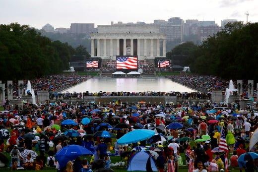 Người dân tập trung tại khu vực đài tưởng niệm Lincoln theo dõi lễ duyệt binh và phát biểu của tổng thống Mỹ trong ngày quốc khánh. Ảnh: AP, AFP/Getty.