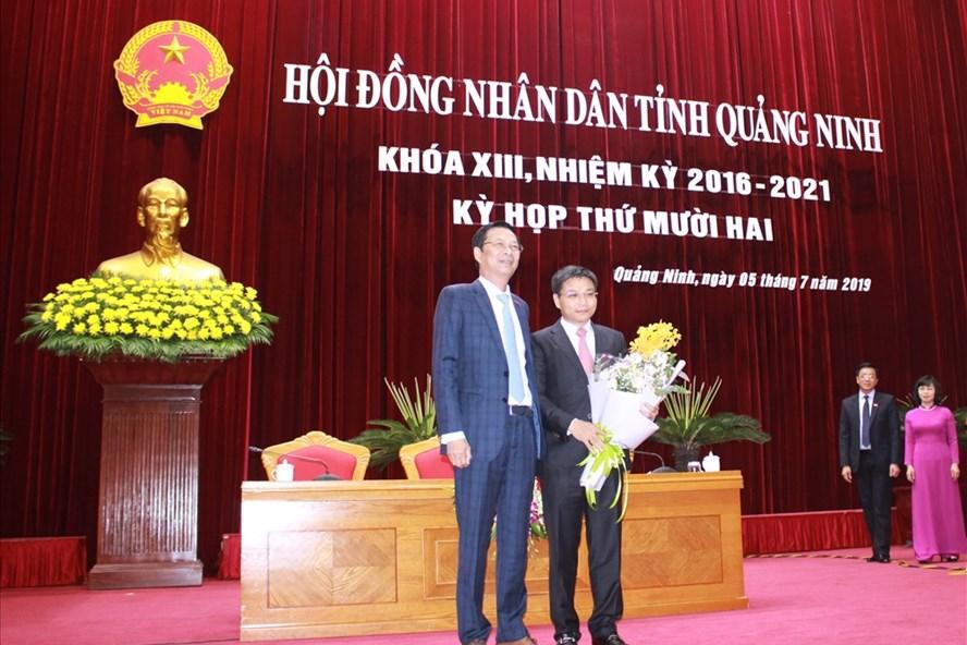 Bí thư tỉnh ủy Quảng Ninh Nguyễn Văn Đọc (trái) tặng hoa, chúc mừng tân Chủ tịch UBND tỉnh Quảng Ninh Nguyễn Văn Thắng. Ảnh: N.H