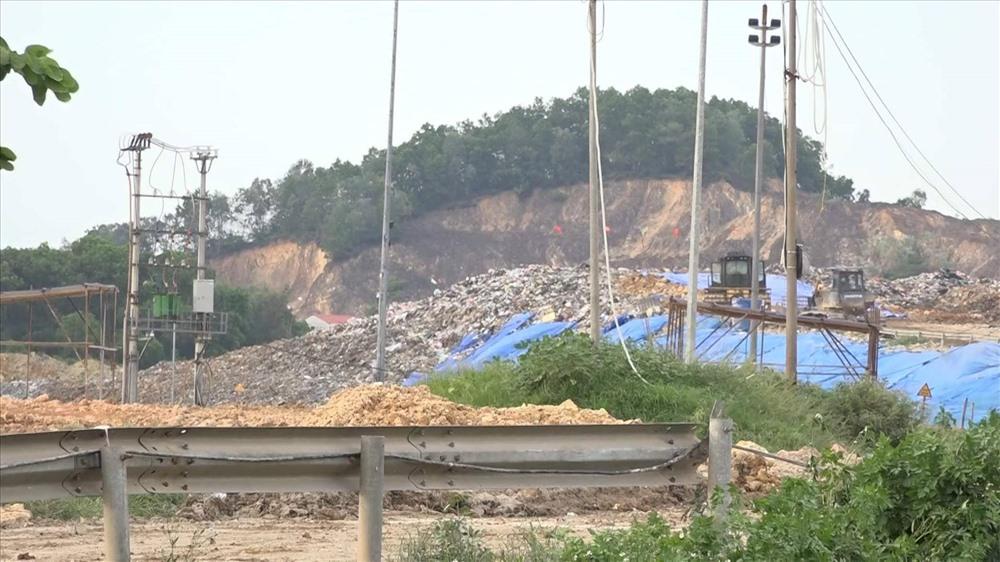 Người dân không muốn chịu cảnh mùi hôi thối từ bãi rác Nam Sơn. Ảnh: PĐ.