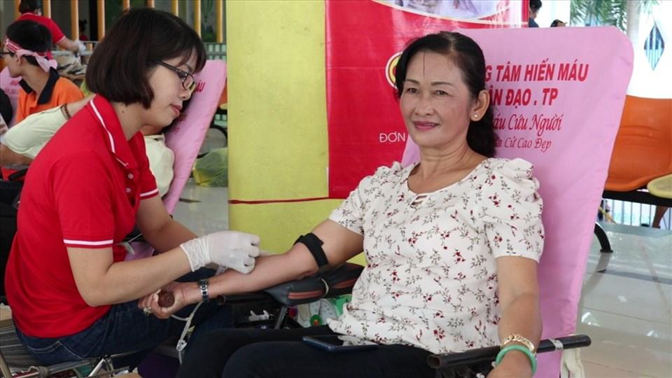 """Tình nguyện viên tham hiến máu tại chương trình Hành trình Đỏ năm 2019 """"Giọt hồng Thành phố mang tên Bác"""". Ảnh: Minh Thừa"""