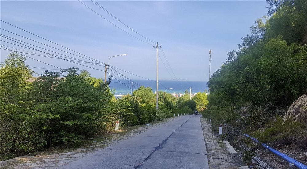 Con đường bê tông uốn lượn mềm mại sẽ đưa bạn về Nhơn Hải.