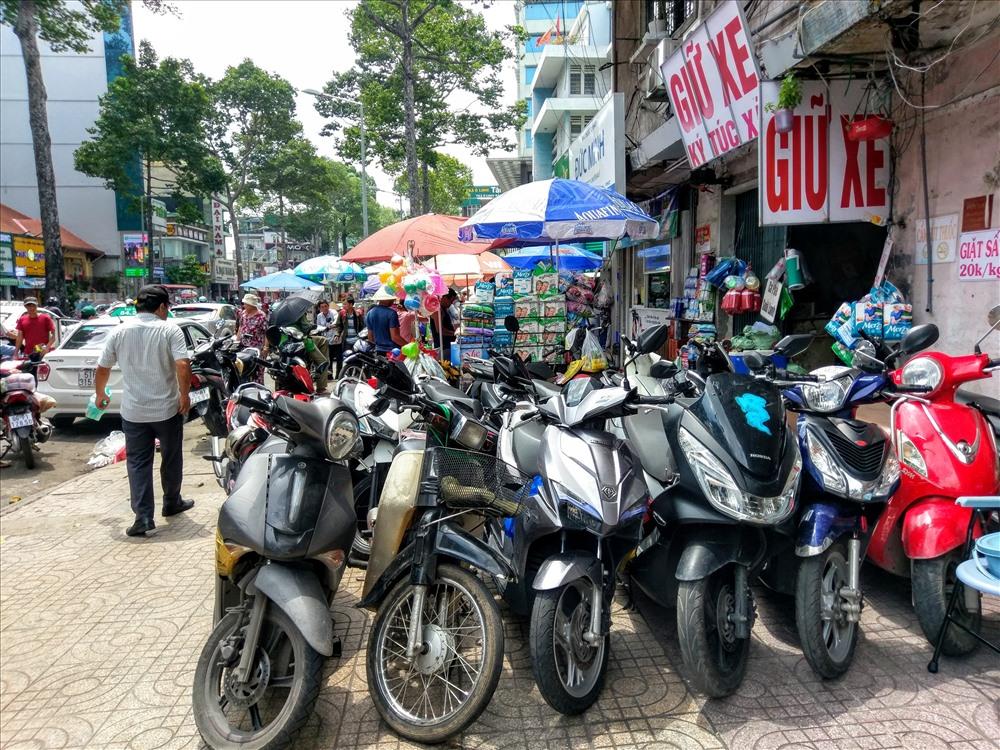 Vỉa hè đường Trần Hưng Đạo (Q.5) trước bệnh viện chấn thương chỉnh hình bị chiếm dụng để mở điểm giữ xe máy. Ảnh: M.Q