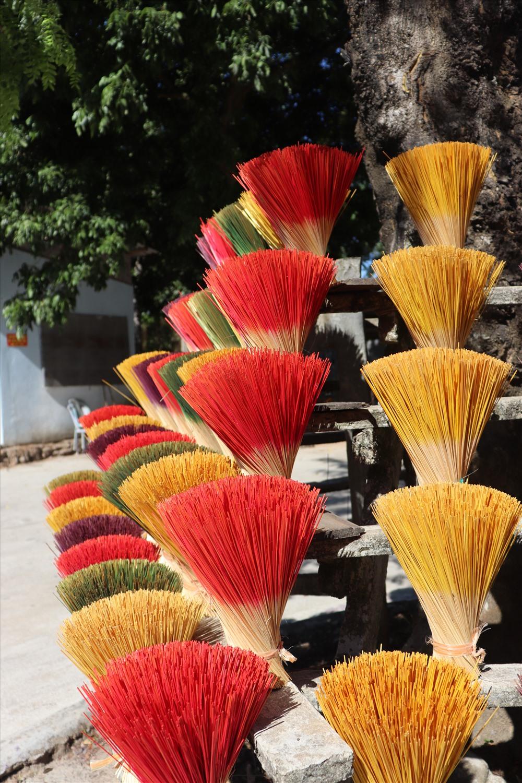 Đến đây, du khách sẽ bị thu hút bởi những sắc vàng, đỏ, xanh…của những bó chông hương, tạo ra những dải màu rực rỡ.