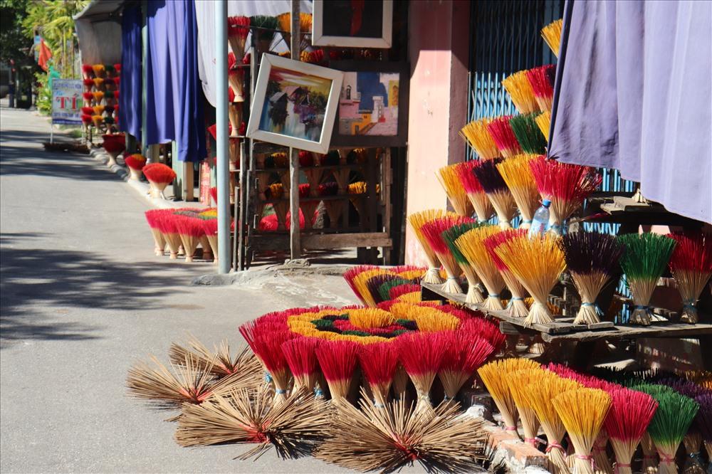 Hầu hết người dân ở đây đều gắn bó với nghề làm hương. Vào mỗi buổi sáng người dân lại tất bật sắp các chông hương thành từng bó với đủ màu sắc. Tạo ra những điểm nhấn nổi bật cho những ngôi nhà nhỏ nằm sát hai bên đường.
