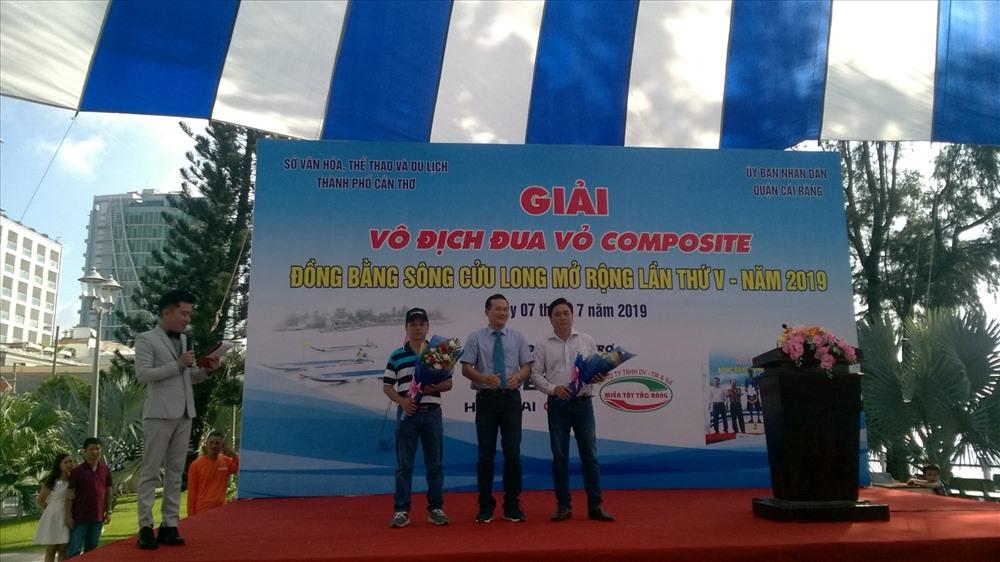 ông Nguyễn Minh Tuần - phó Giám đốc Sở Văn hóa, thể thao và Du lịch TP Cần Thơ trao hoa cho các nhà tài trợ giải đấu. ảnh: Thành Nhân