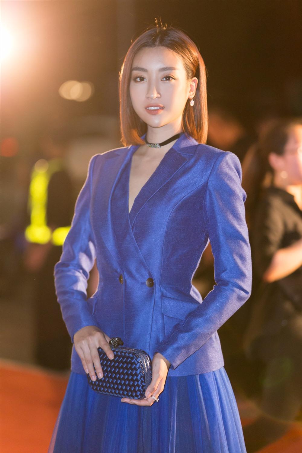 Hoa hậu Đỗ Mỹ Linh quyền lực và đầy cuốn hút khi lựa chọn khoác lên mình chiếc đầm màu xanh sang trọng, phá cách kết hợp với vest cùng màu. Ảnh: MWVN.