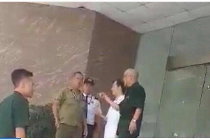 Hình ảnh xô xát giữa người nhà bệnh nhân và nhân viên Bệnh viện Trung ương Quân đội 108 được chia sẻ trên mạng.