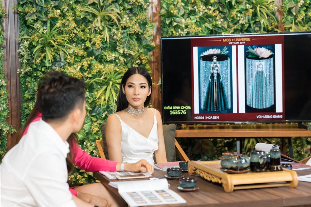 Hoàng Thuỳ nghiêm túc cùng các ban giám khảo lựa chọn trang phục dân tộc. Ảnh: MUVN.