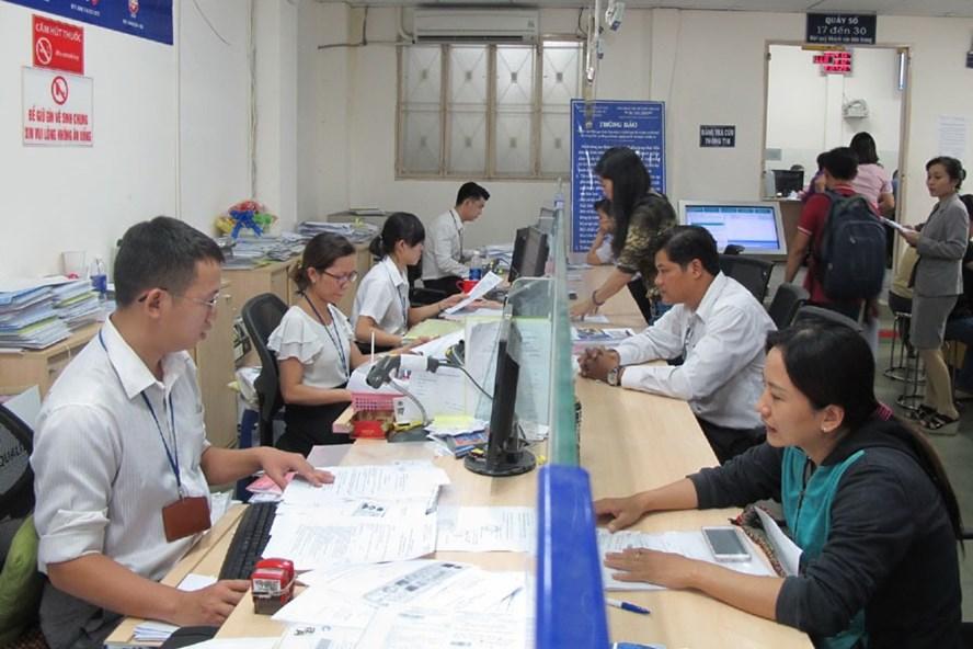 Cán bộ, công chức quận Thủ Đức (TPHCM) giải quyết hồ sơ cho người dân. Ảnh: MINH QUÂN