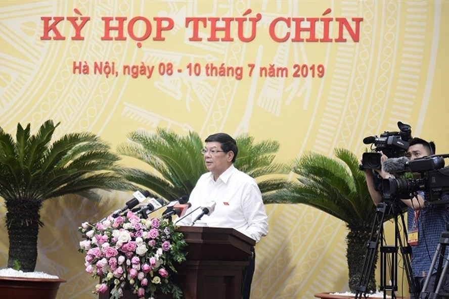 Phó Chủ tịch UBND TP Nguyễn Quốc Hùng phát biểu tiếp thu vấn đề đại biểu nêu và trình bày hướng khắc phục. Ảnh Phạm Hùng.