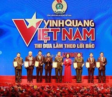 Ban tổ chức trao giải thưởng cho các cá nhân và tập thể