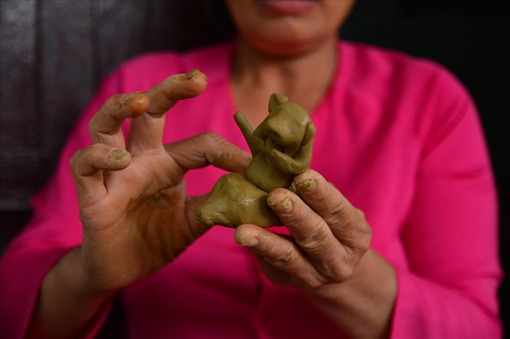 Những sản phẩm gốm được tạo hình qua bàn tay khéo léo của nghệ nhân. Tất cả là kinh nghiệm của người làm gốm, không có một khuôn thước định lượng nào. Ảnh: Thành Vân