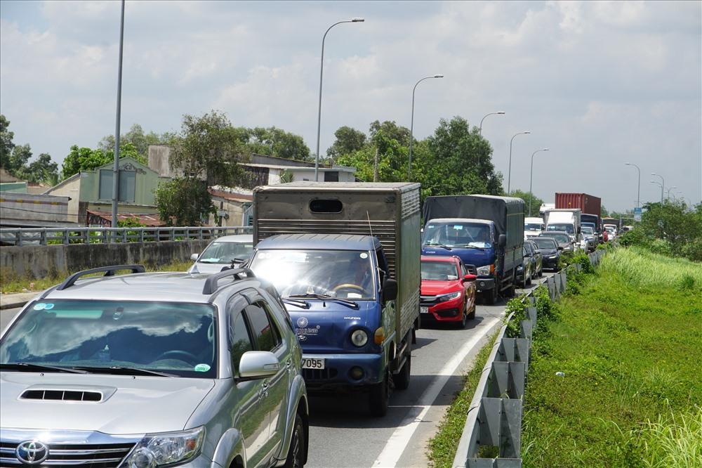 Hướng từ đường cao tốc về nút giao An Phú (Q.2) kẹt cứng, xe nối thành đoàn.  Ảnh: M.Q