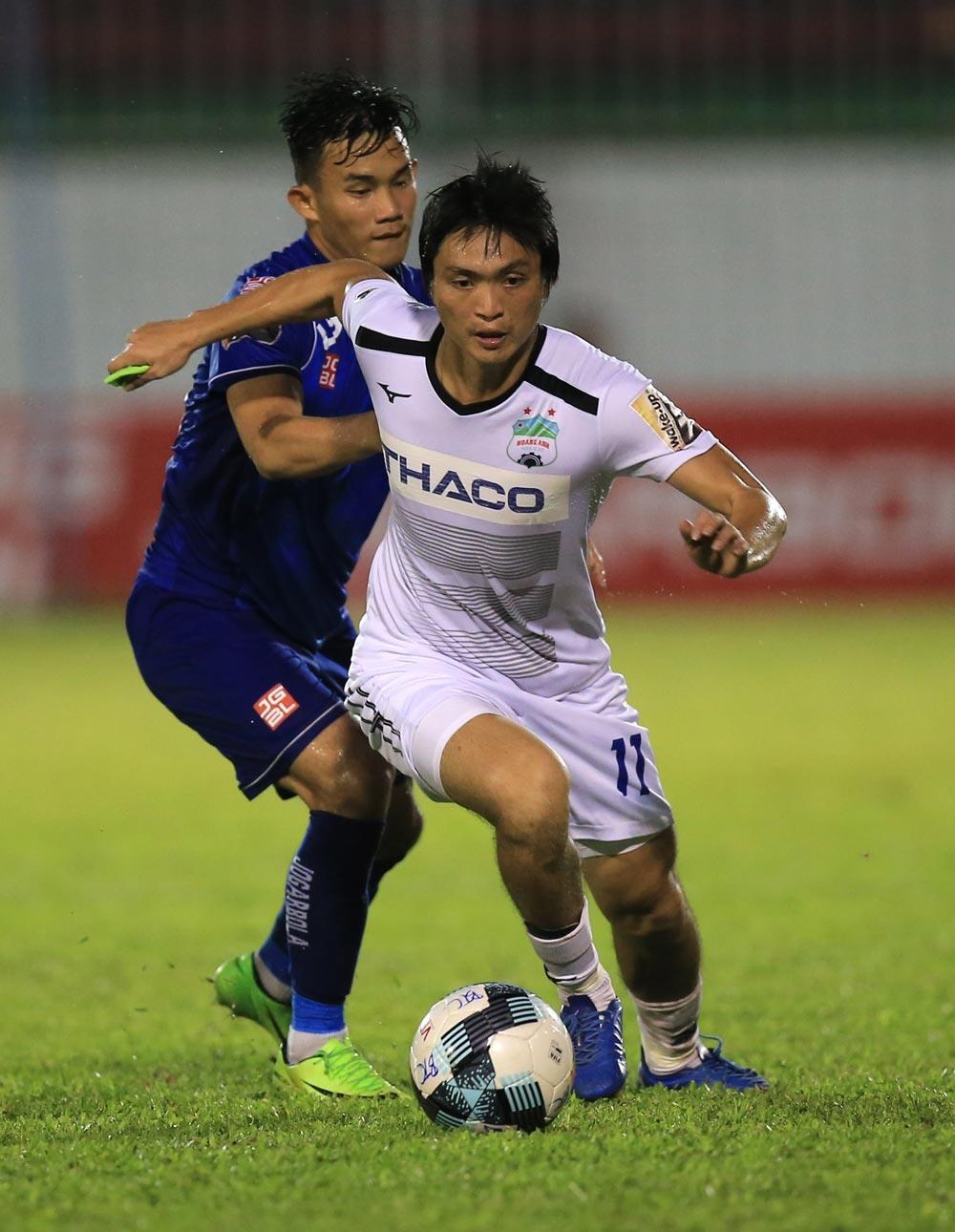 Tuấn Anh và các đồng đội để thua Quảng Nam ngay trên sân nhà, qua đó rơi xuống nhóm cuối trên BXH. Ảnh: VPF