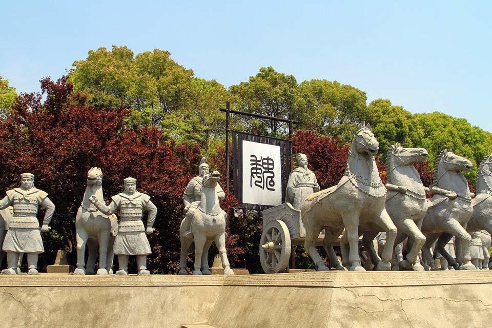 Tượng các tướng sỹ và quân đội của nhà Ngụy được dựng ngay phía bên phải cổng vào của Tam Quốc thành.