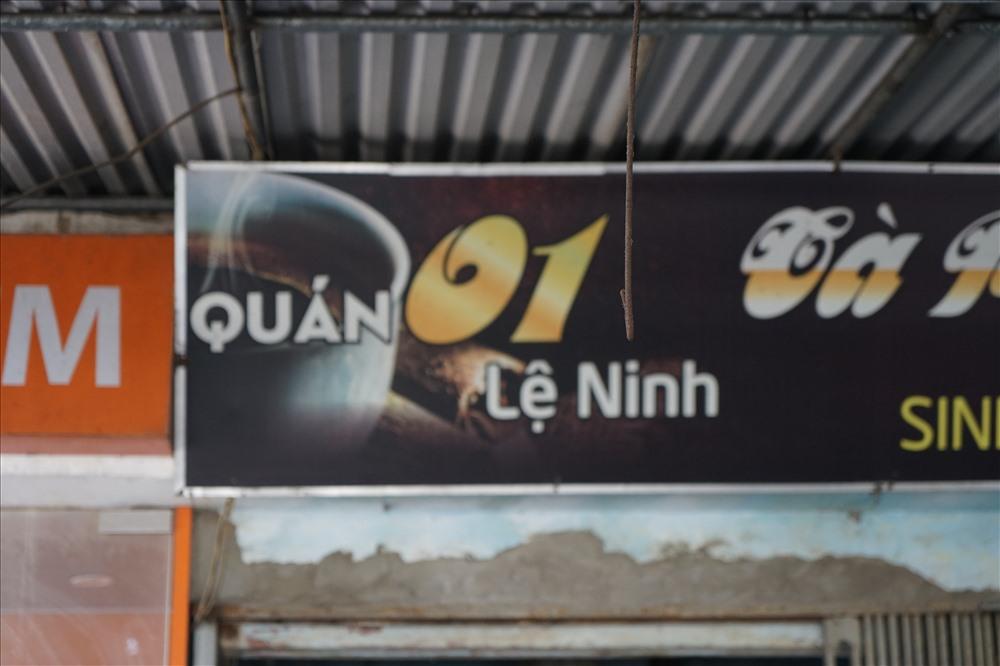 """Nhiều năm nay, tên đường bị viết nhầm thành Lệ Ninh. Báo Lao Động đã có nhiều bài phản ánh về hiện tượng này, chính quyền cũng đã vào cuộc, nhưng dân """"nhầm vẫn hoàn nhầm""""."""