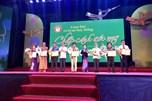 Chủ tịch Tổng LĐLĐVN Nguyễn Đình Khang động viên học sinh nghèo học giỏi