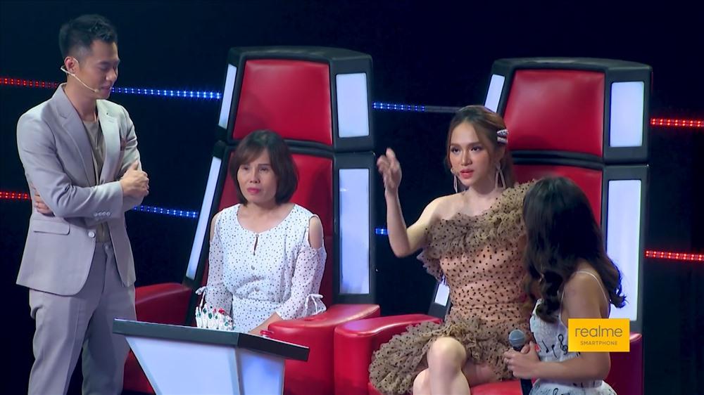 Hương Giang, Dương Cầm mời mẹ của Hồng Ngọc lên sân khấu. Ảnh: BTC
