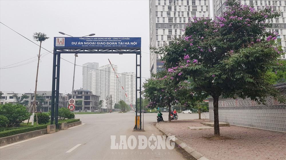 """Chia sẻ với PV Lao Động, lãnh đạo UBND phường Xuân Tảo nói: """"Hiện nay vì hạ tầng giao thông khu này chưa bàn giao nên công tác quản lý gặp rất nhiều khó khăn""""."""