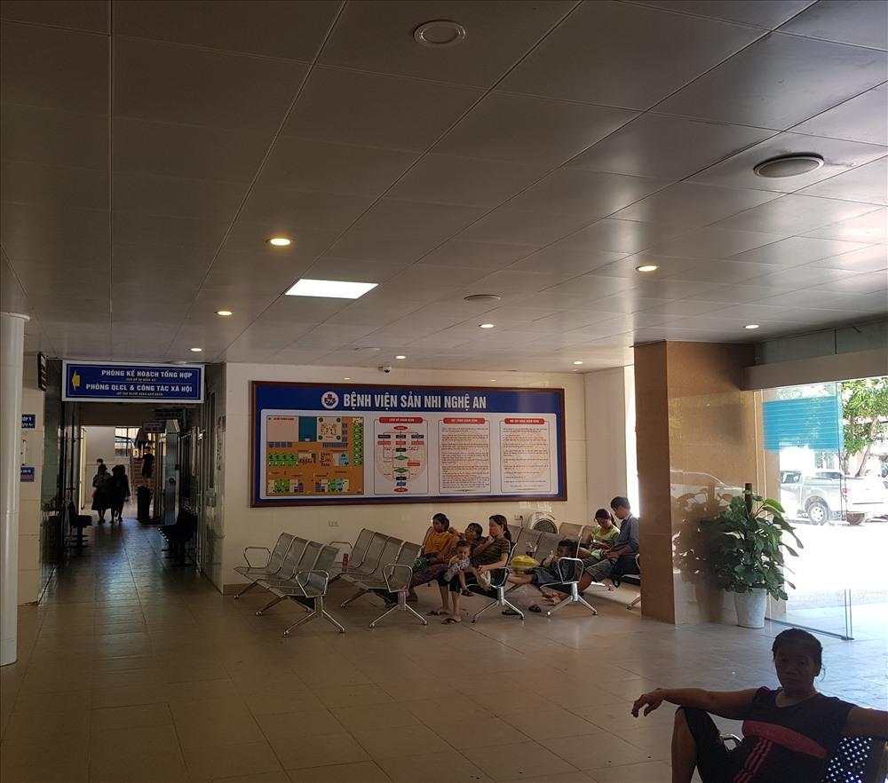 Bệnh nhân và người nhà chờ khám tại Bệnh viện Sản Nhi tỉnh Nghệ An. Ảnh: QĐ