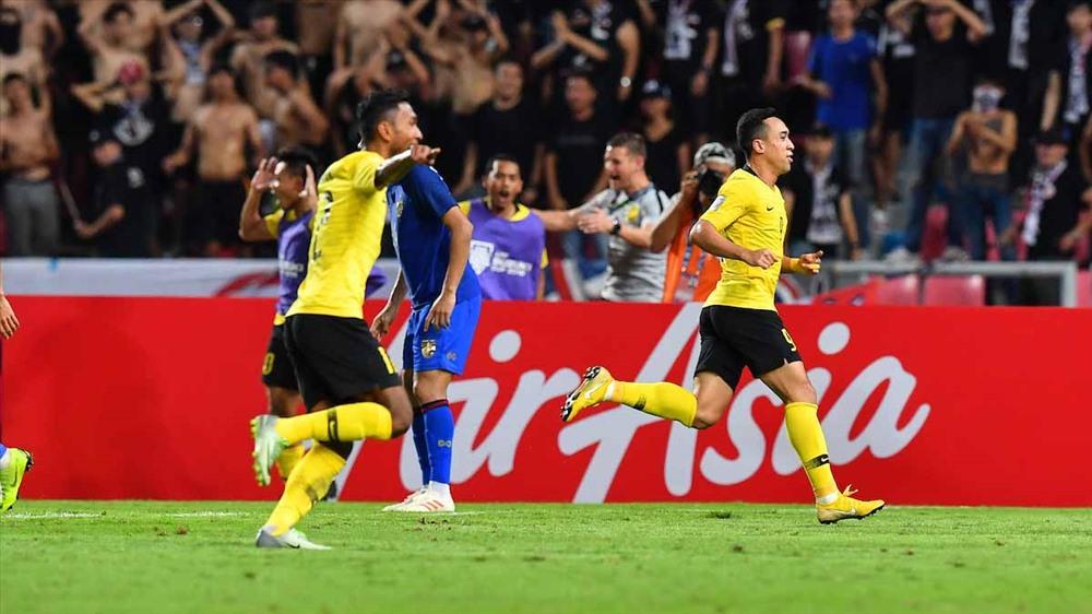 """U15 Malaysia """"nhại"""" lại cách ăn mừng của các đàn anh ĐT Malaysia sau khi đánh bại ĐT Thái Lan ở bán kết AFF Cup 2018. Ảnh: AFF"""