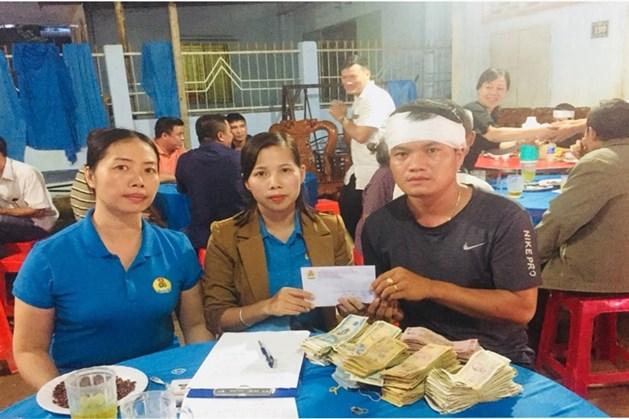 Phó Chủ tịch Công đoàn Khu Công nghiệp Khu vực Đồng Xoài - Đồng Phú Hoàng Thị Thu Hằng (bên trái, ngoài cùng) và cán bộ Công đoàn chuyên trách Công ty Trần Thị Toan đến viếng đoàn viên Nguyễn Đình Sơn.