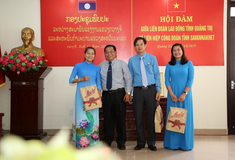 Liên hiệp Công đoàn tỉnh Savannakhet cũng có những phần quà ý nghĩa gửi tặng cho lãnh đạo LĐLĐ tỉnh Quảng Trị sau buổi hội đàm. Ảnh: Hưng Thơ.