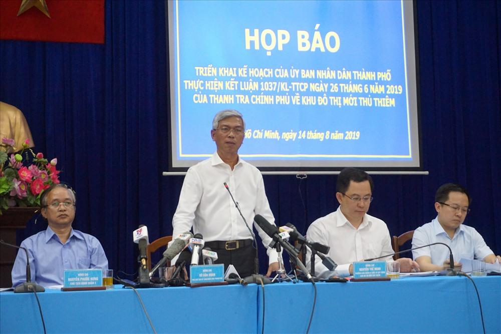 Phó chủ tịch UBND TPHCM Võ Văn Hoan trả lời tại buổi họp báo.  Ảnh: M.Q