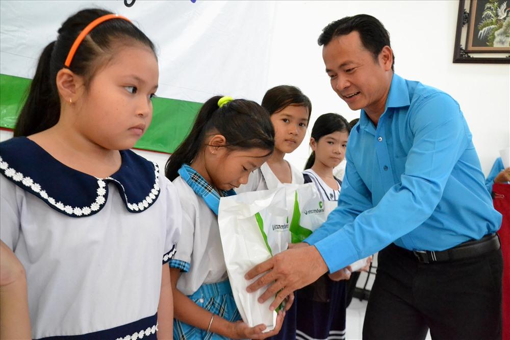 Chủ tịch LĐLĐ TP. Sa Đéc Nguyễn Thanh Tuấn trao quà học tập cho con CNLĐ có hoàn cảnh khó khăn. Ảnh: Lục Tùng