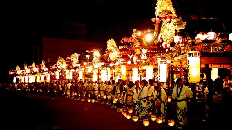 Rằm tháng 7, nước Nhật lại thêm rực sáng với khung cảnh lung linh từ hàng nghìn đèn lồng và hoa đăng. Ảnh: T. L.