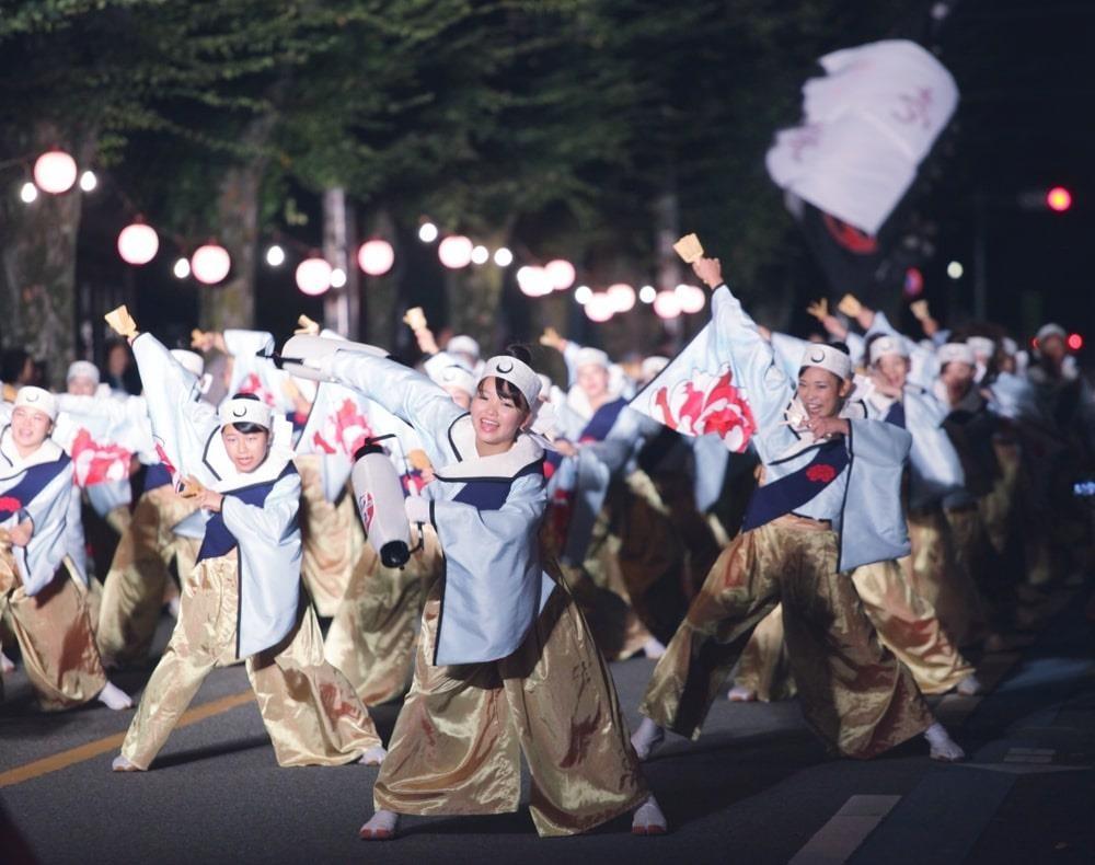 Điệu nhảy dân gian vui nhộn kéo theo cảm xúc của người tham gia lễ hội, tạo cảm giác phấn khởi và thoải mái.