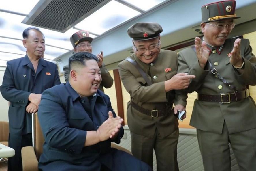 Lãnh đạo Triều Tiên theo dõi vụ phóng vũ khí mới hôm 16.8. Ảnh: KCNA/AFP.
