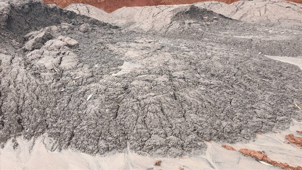 Thay vì xử lý theo đúng quy định, công ty Đức Thành đã đổ tro bay, xỉ đáy, xỉ lò ra môi trường. Ảnh: HL