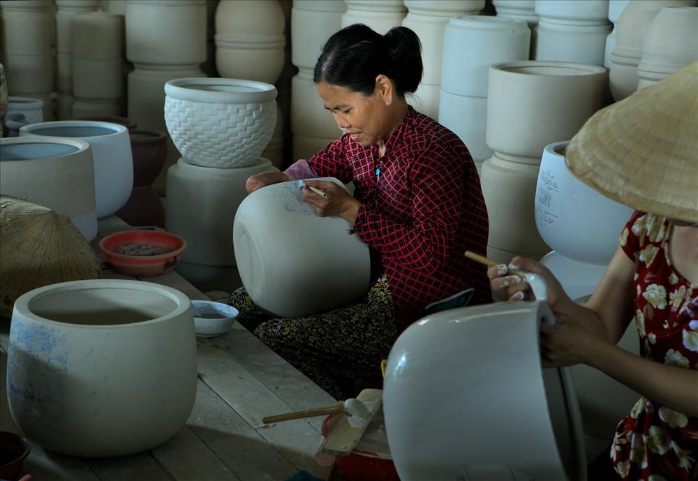 Trong xưởng gốm.