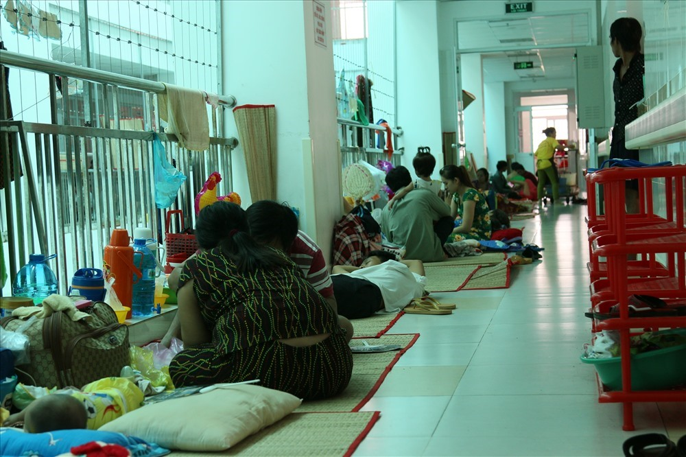 Tháng 10.2018, khoa Nhiễm (Bệnh viện Nhi đồng Cần Thơ) quá tải vì số ca nhập viện mắc bệnh tay chân miệng quá nhiều. Ảnh: Bảo Trung